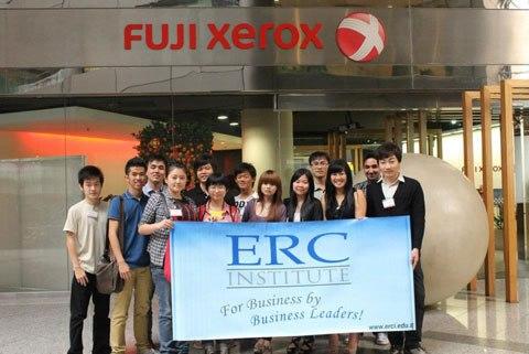 Học đại học tại Singapore, lấy bằng trong ba năm