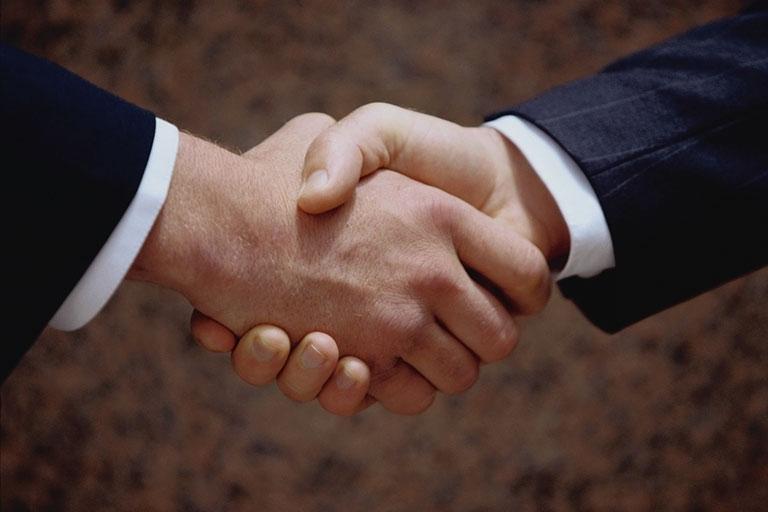 Đừng dùng tay trái khi bắt tay