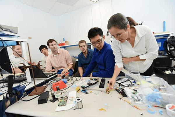 Đã ra đời công nghệ Fitbit kiểm soát du học sinh bỏ học tại Anh
