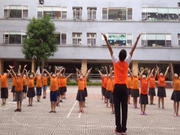 Học sinh trường Thăng Long đang trong buổi học thể dục