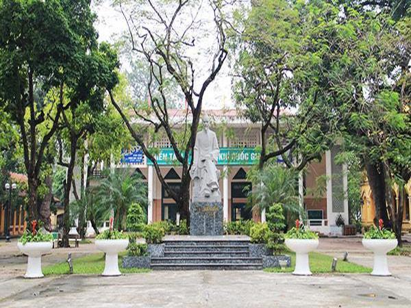 Khuôn viên ngôi trường THPT Chu Văn An