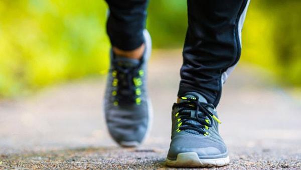 Một đôi giày thể thao tốt sẽ giúp bạn đi bộ dễ dàng hơn